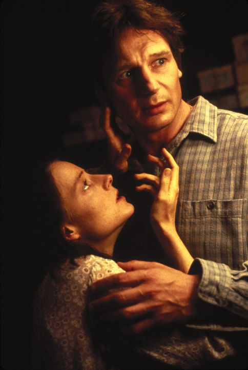 Um ihre Angst zu vertreiben, versucht Dr. Lovell (Liam Neeson, r.), Nells (Jodie Foster, l.) Sprache und Lebensweise zu verstehen ... - Bildquelle: 1994 TWENTIETH CENTURY FOX FILM CORPORATION All Rights Reserved.