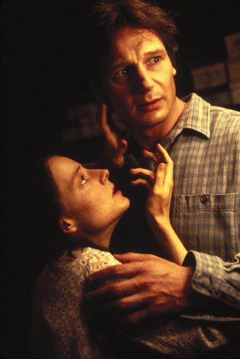 Um ihre Angst zu vertreiben, versucht Dr. Lovell (Liam Neeson, r.), Nells (Jodie Foster, l.) Sprache und Lebensweise zu verstehen ... - Bildquelle: 1994 TWENTIETH CENTURY FOX FILM CORPORATION All Rights Reserved.