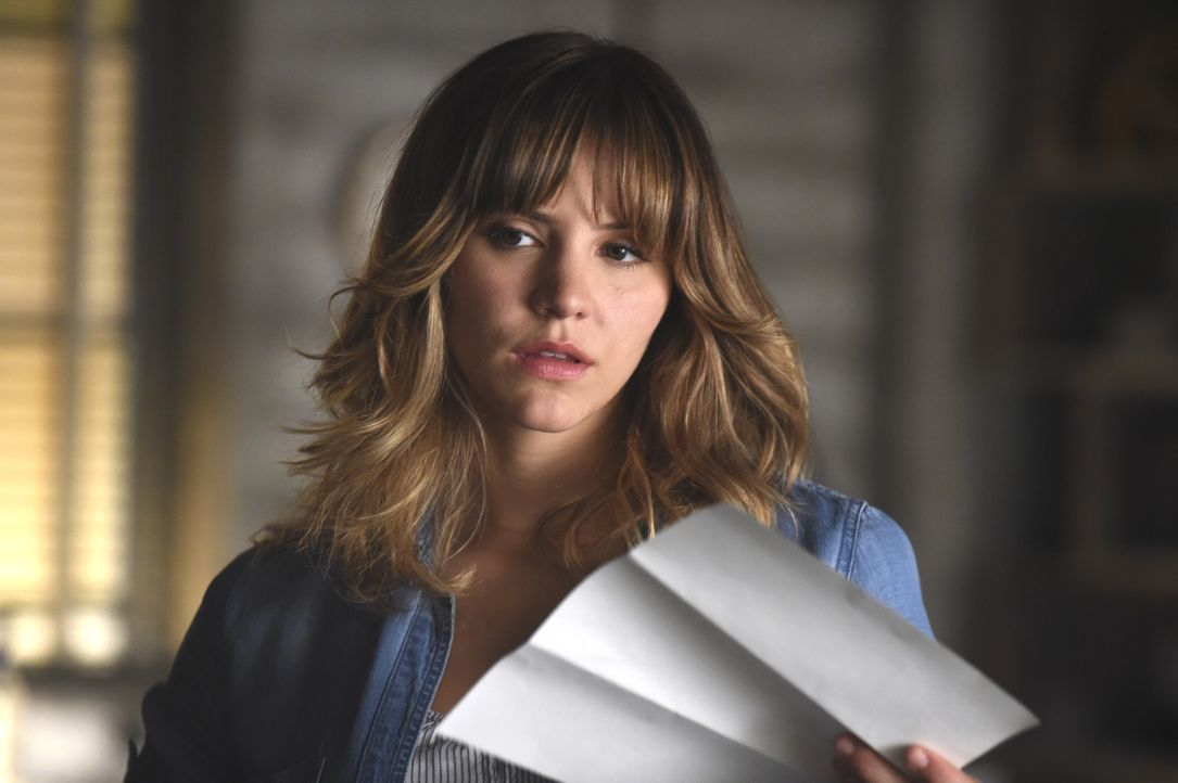 Bei Walter entdeckt Paige (Katharine McPhee) einen Brief mit unerwartetem Inhalt ... - Bildquelle: Ron Jaffe 2014 CBS Broadcasting, Inc. All Rights Reserved / Ron Jaffe