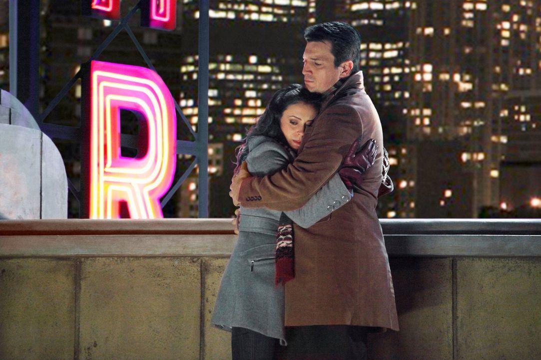 Kyra Blaine (Alyssa Milano, l.) ist völlig verzweifelt und wendet sich an Castle (Nathan Fillion, r.), mit dem sie vor Jahren eine Beziehung geführt... - Bildquelle: ABC Studios