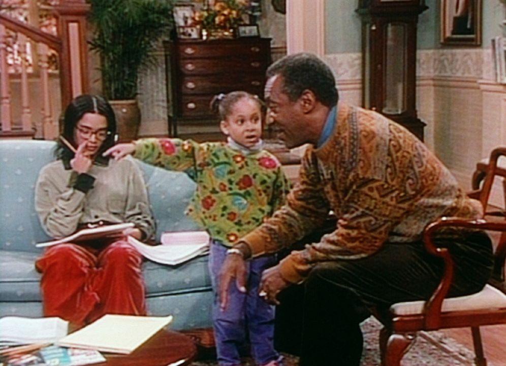 Olivia (Raven Symone, M.) zeigt Denise (Lisa Bonet, l.) und Cliff (Bill Cosby, r.) ihren neuen Freund Dwayne. Doch leider kann nur Olivia den kleine... - Bildquelle: Viacom