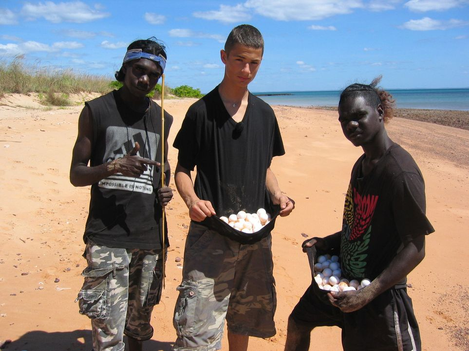 Bei den Aborigines lernt Samer (M.), dass Schildkröteneier eine ganz besondere Delikatesse ist ... - Bildquelle: kabel eins