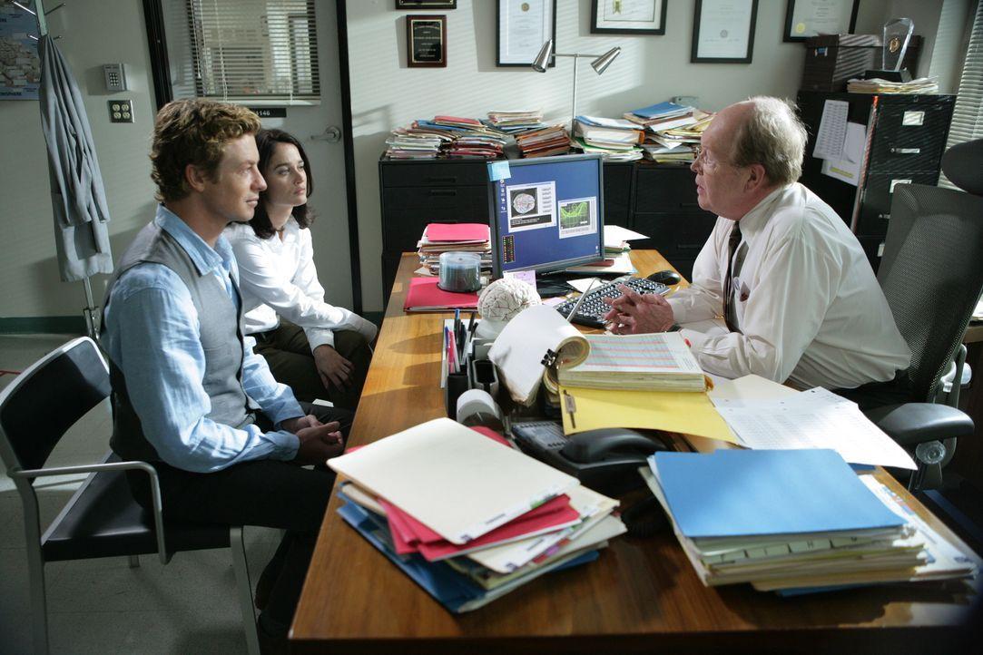 Ein Wissenschaftler des Universitätsinstitut des renommierten Hirnforschers Lewis Stutzer (John Aylward, r.), wird mit Blausäure vergiftet und stirb... - Bildquelle: Warner Bros. Television