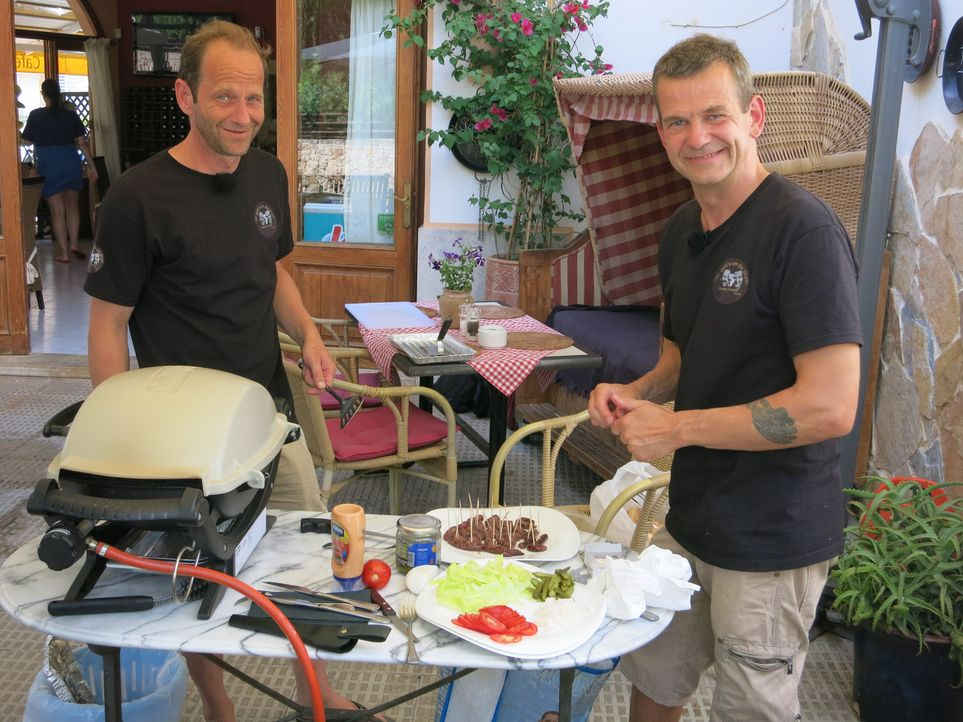 Die zwei langjährigen Freunde Robert (l.) und Gaston (r.) möchten auf Mallorca eine Imbissbude mit Straußenfleisch-Spezialtäten eröffnen ... - Bildquelle: kabel eins