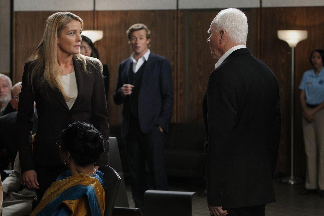 Die Ermittlungen in einem neuen Mordfall laufen auf Hochtouren: Patrick (Simon Baker, M.), Dean Nora Hill (Louise Lombard, l.) und Bret Stiles (Malc... - Bildquelle: Warner Bros. Television