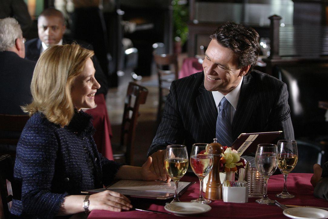 Wie hätte ihr Leben ausgesehen, wenn Allison (Patricia Arquette, l.) ihren Jugendfreund J.D. (David James Elliott, r.) geheiratet hätte? - Bildquelle: Paramount Network Television
