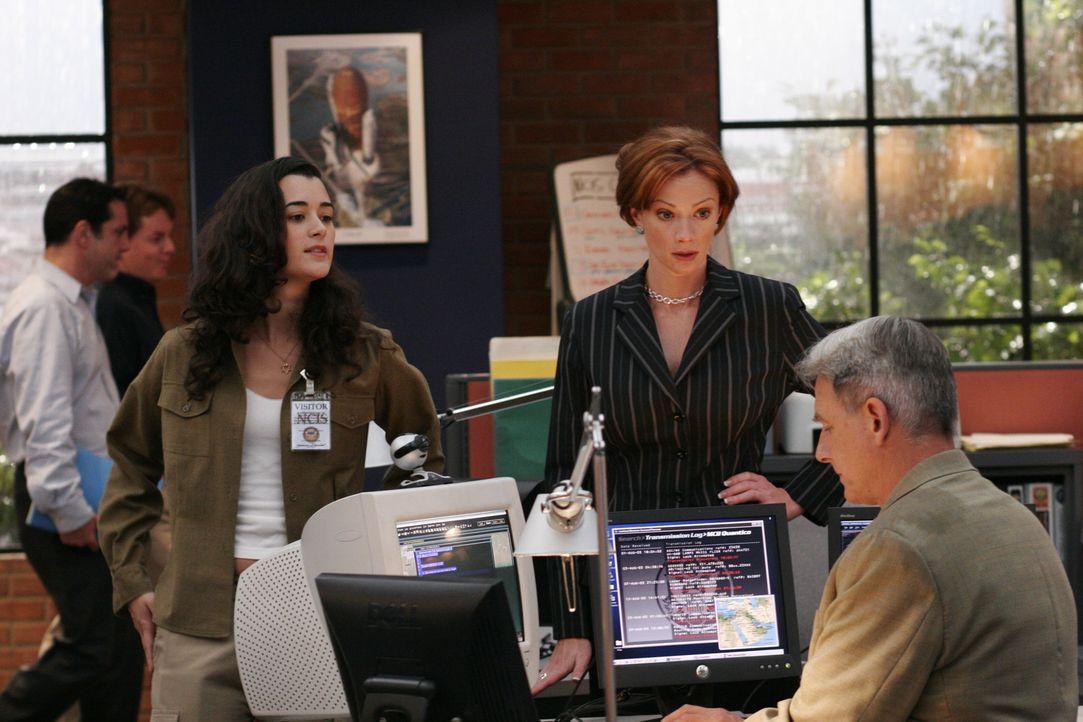 Bei einer Unterredung mit Direktor Morrow erfährt Gibbs (Mark Harmon, r.), dass sein Chef den NCIS verlässt und an seine Stelle Jenny Shepard (Laure... - Bildquelle: CBS Television