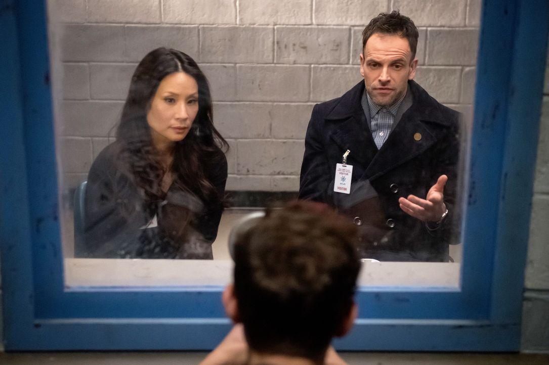 Befinden sich nach einem Mordfall plötzlich mitten in einem Online-Krieg: Watson (Lucy Liu, l.) und Holmes (Jonny Lee Miller, r.) ... - Bildquelle: CBS Television