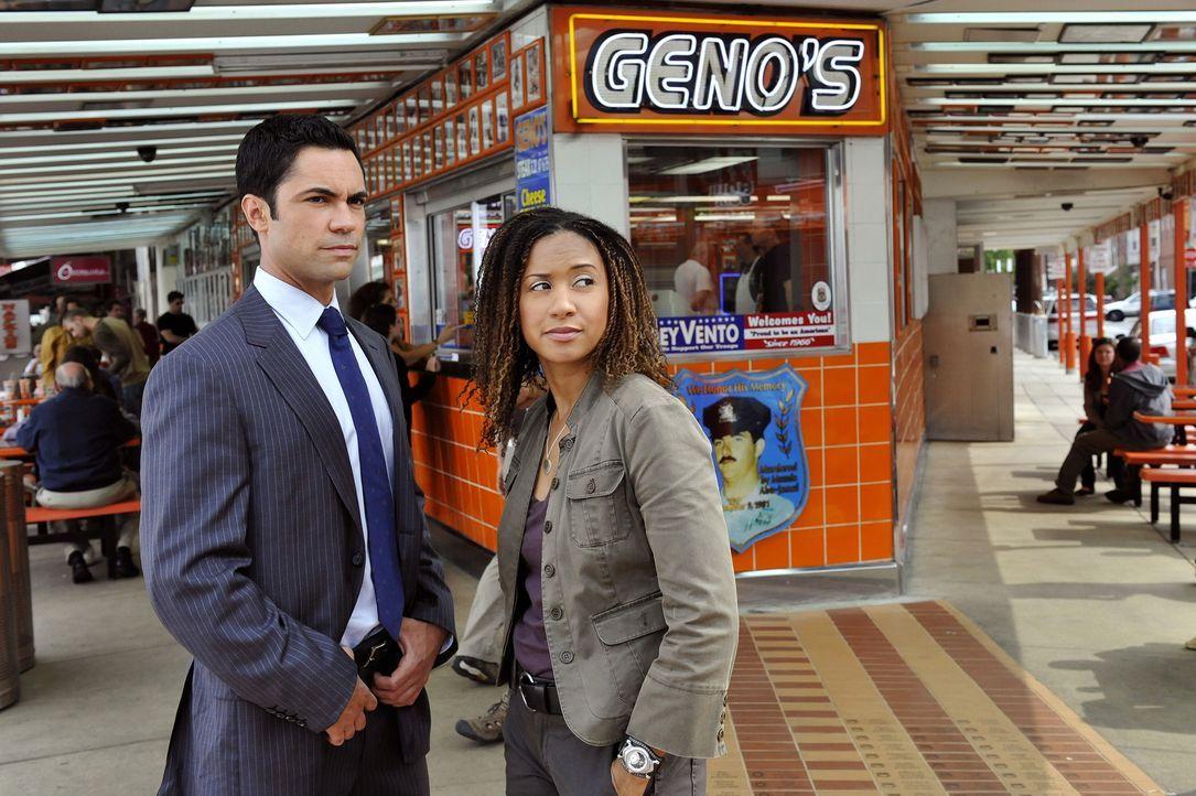 Kat Miller (Tracie Thoms, r.) hat ein Blind Date und Det. Scott Valens (Danny Pino, l.) versucht sie zu unterstützen. - Bildquelle: Warner Bros. Television