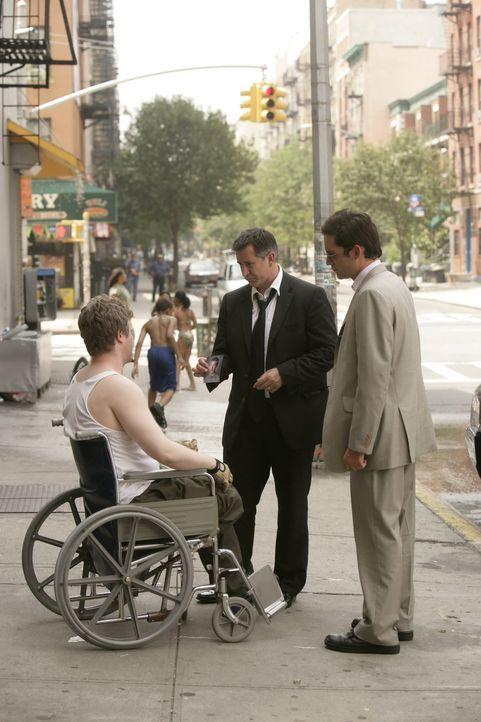 Jack Malone (Anthony LaPaglia, M.) und Danny Taylor (Enrique Murciano, r.) befragen Todd (C.J. Wilson, l.) zum plötzlichen Verschwinden von Ryan … - Bildquelle: Warner Bros. Entertainment Inc.