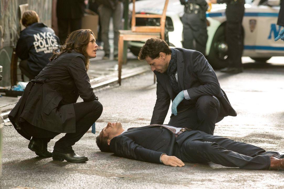 Als ein erfolgreicher Geschäftsmann zu Tode kommt, müssen Henry (Ioan Gruffudd, r.) und Jo (Alana De La Garza, l.) in die Welt einer Domina eintauch... - Bildquelle: Warner Brothers
