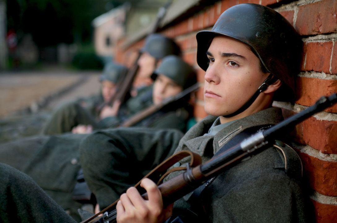 In einer Kleinstadt werden im April 1945 der erst 16-jährige Schüler Albert Mutz (François Goeske) und sechs weitere Klassenkameraden von der Schulb... - Bildquelle: Boris Guderjahn ProSieben