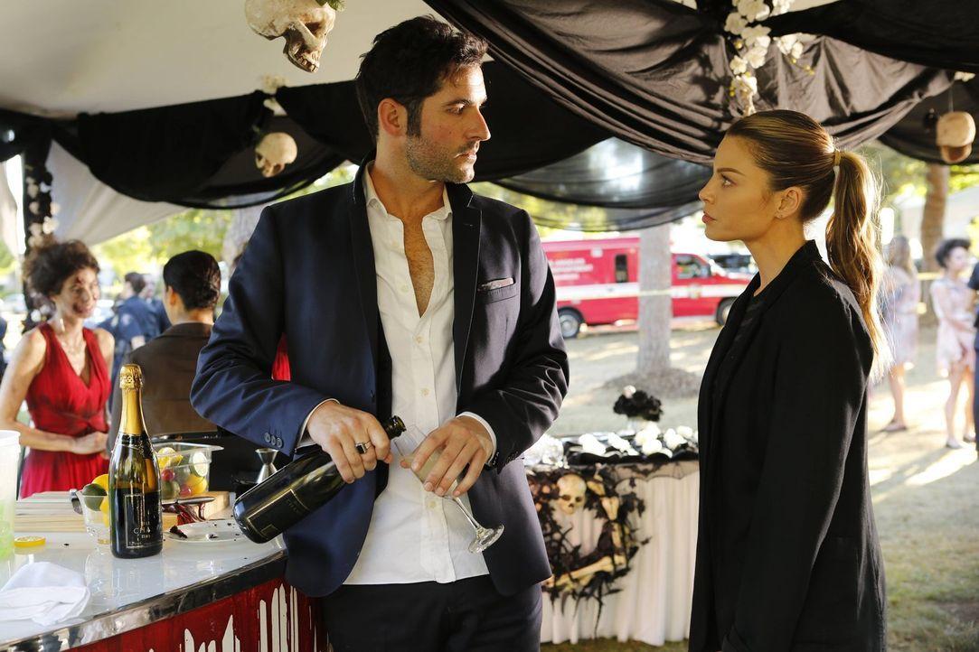 Chloe (Lauren German, r.) ist mehr als geschockt, als Lucifer (Tom Ellis, l.) betrunken an einem Tatort auftaucht, nicht ahnend, warum er die vollko... - Bildquelle: 2016 Warner Brothers