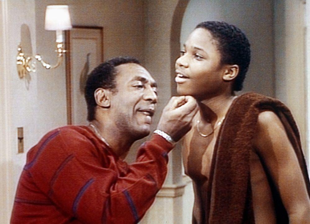 Theo (Malcolm-Jamal Warner, r.) möchte sich zum ersten Mal rasieren. Cliff (Bill Cosby, l.) findet jedoch nur ein einziges Haar an seinem Kinn und... - Bildquelle: Viacom