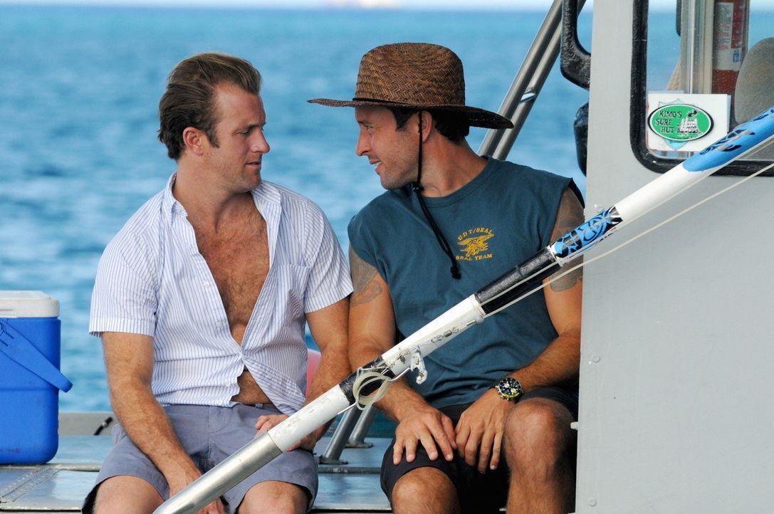 Ein Angelausflug von Steve (Alex O'Loughlin, r.) und Danny (Scott Caan, l.) endet völlig anders als geplant ... - Bildquelle: 2012 CBS Broadcasting, Inc. All Rights Reserved.