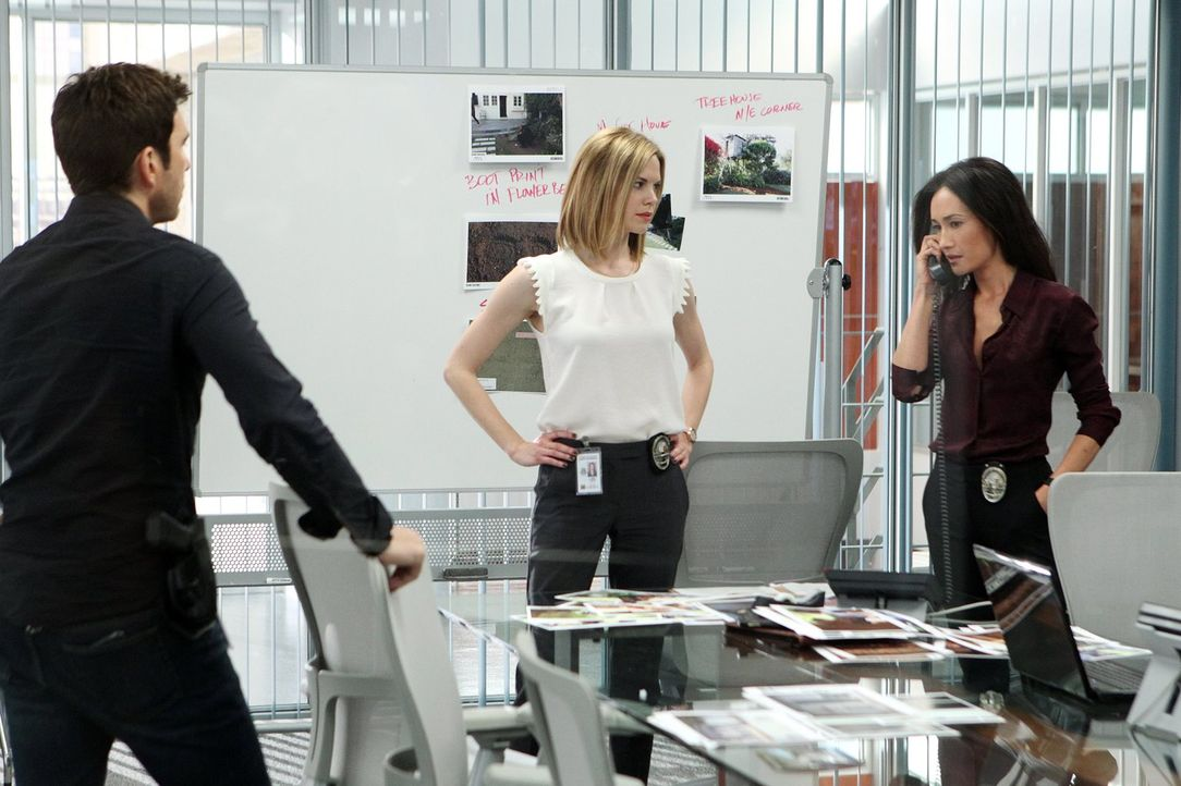 Sind einem gefährlichen Stalker auf der Spur: Detective Jack Larsen (Dylan McDermott, l.), Lieutenant Beth Davis (Maggie Q, r.) und Detective Janice... - Bildquelle: Warner Bros. Entertainment, Inc.
