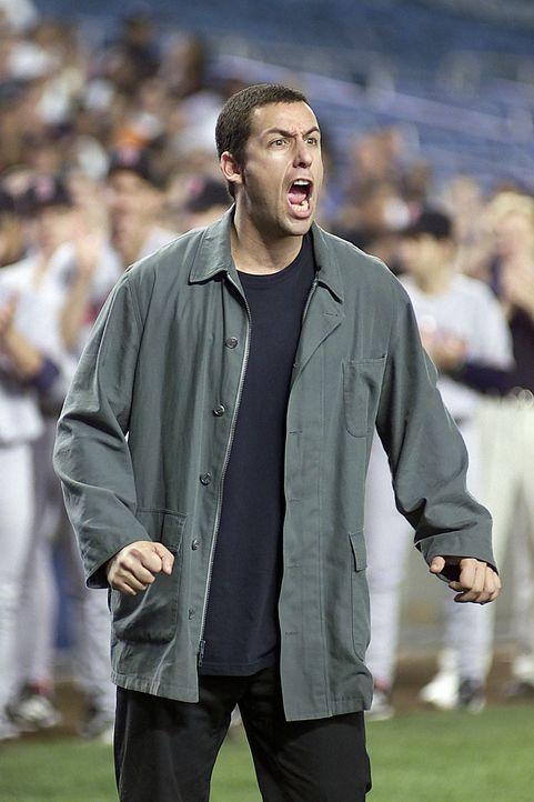 Um seine geliebte Linda wieder zurück zu bekommen, macht ihr David (Adam Sandler) im Baseballstadium der New York Yankees eine Liebeserklärung ... - Bildquelle: 2003 Sony Pictures Television International. All Rights Reserved.