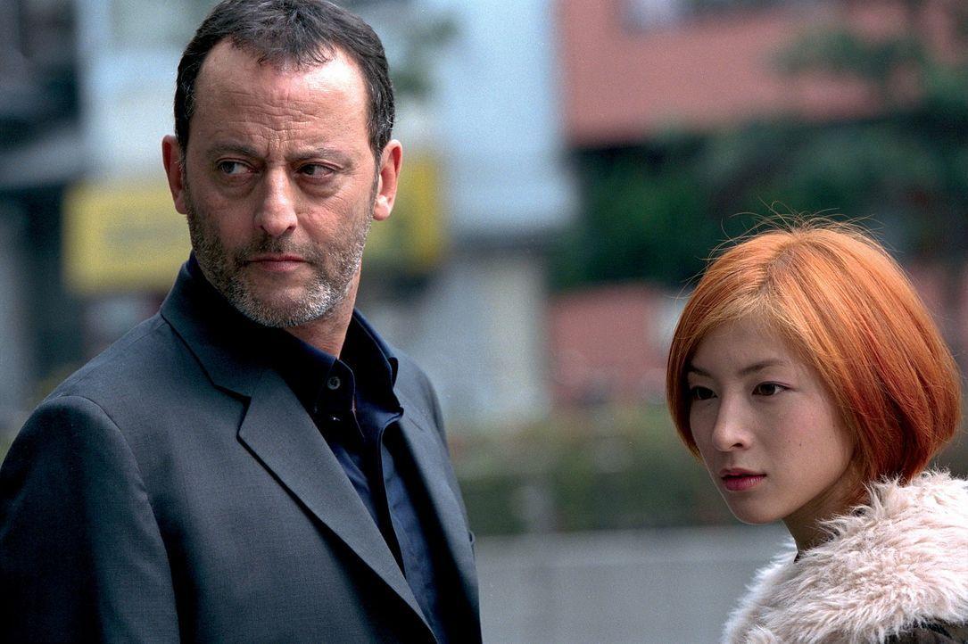 Als Hubert (Jean Reno, l.) erfährt, dass Yumi (Ryoko Hirosue, r.) von ihrer Mutter ein riesiges Vermögen geerbt hat, erkennt er sogleich die Gefah... - Bildquelle: SONY PICTURES TELEVISION INTERNATIONAL