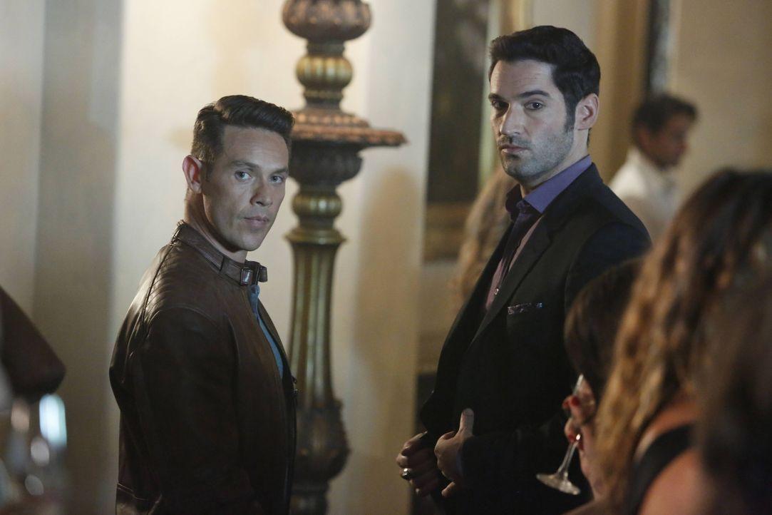Ausgerechnet Dan (Kevin Alejandro, l.) und Lucifer (Tom Ellis, r.) sollen zusammen in einem Sex-Club undercover ermitteln. Kann das gutgehen? - Bildquelle: 2016 Warner Brothers