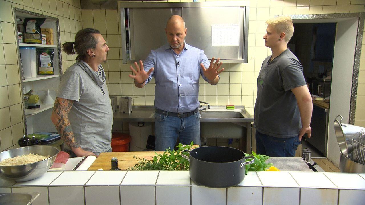In der Küche herrscht immer eine explosive Stimmung. Hat Frank Rosin (M.) überhaupt eine Chance etwas zu verändern, wenn sich Koch Kai (l.) und Jung... - Bildquelle: kabel eins