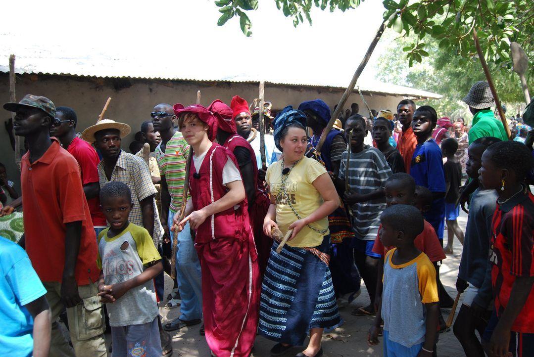 Die 17-jährige Jessika (M.r.) und der 15-jährige Basti (M.l.) werden von ihren Eltern ins afrikanische Dörfchen Niomoune geschickt. - Bildquelle: kabel eins