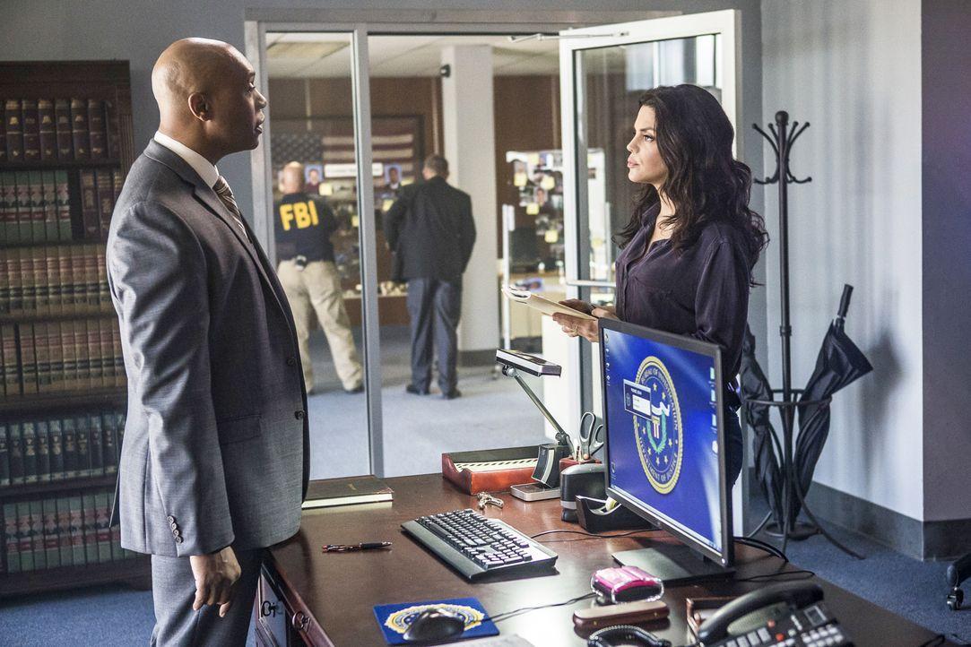 FBI Agent Isler (Derek Webster, l.) und Special Agent Gregorio (Vanessa Ferlito, r.) ermitteln im Mordfall eines Mitglied der US Navy Band, die in i... - Bildquelle: Skip Bolen 2016 CBS Broadcasting, Inc. All Rights Reserved / Skip Bolen