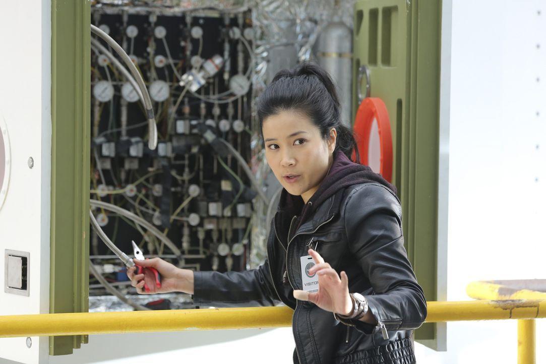 Happy (Jadyn Wong) und das Team sollen bei einem geheimen Raketenstart behilflich sein, doch als eine Bombendrohung viele Menschenleben in Gefahr br... - Bildquelle: Michael Yarish 2015 CBS Broadcasting, Inc. All Rights Reserved.