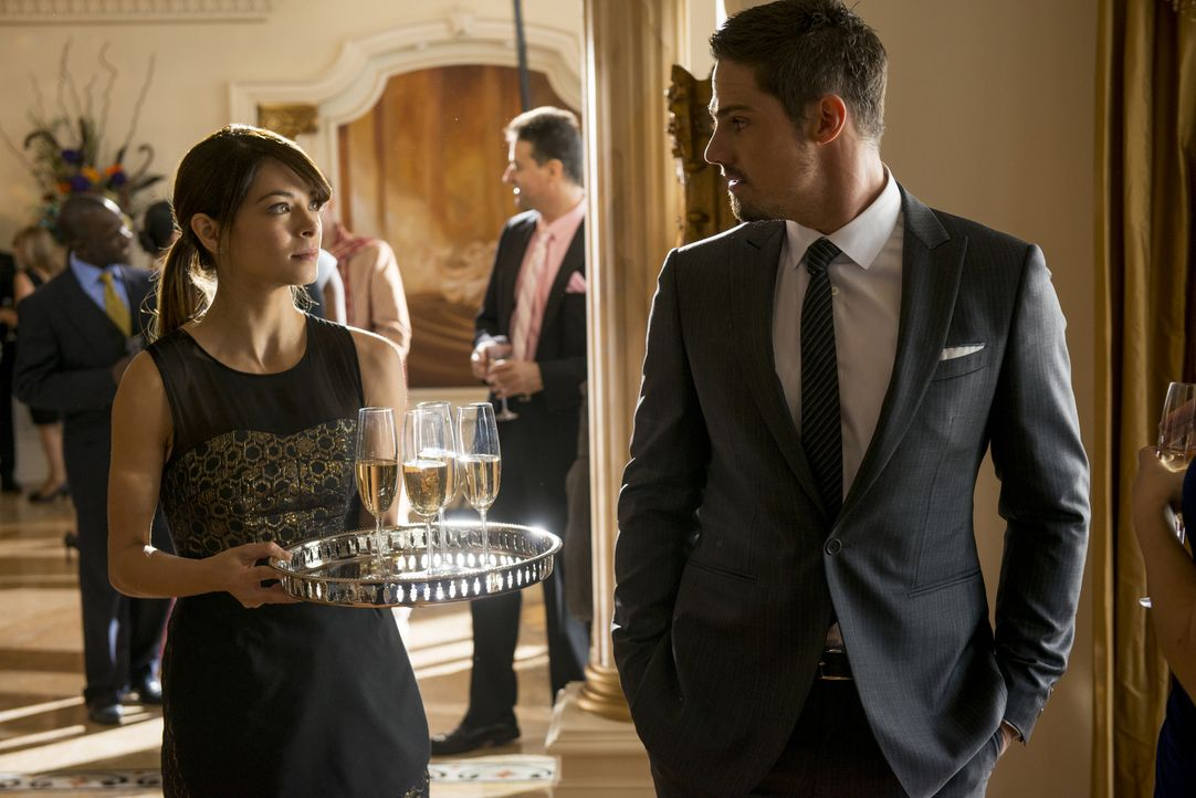 Während Vincent (Jay Ryan, r.) von der Presse als Kriegsheld gefeiert wird, muss Cat (Kristin Kreuk, l.) undercover ermitteln ... - Bildquelle: 2013 The CW Network, LLC. All rights reserved.