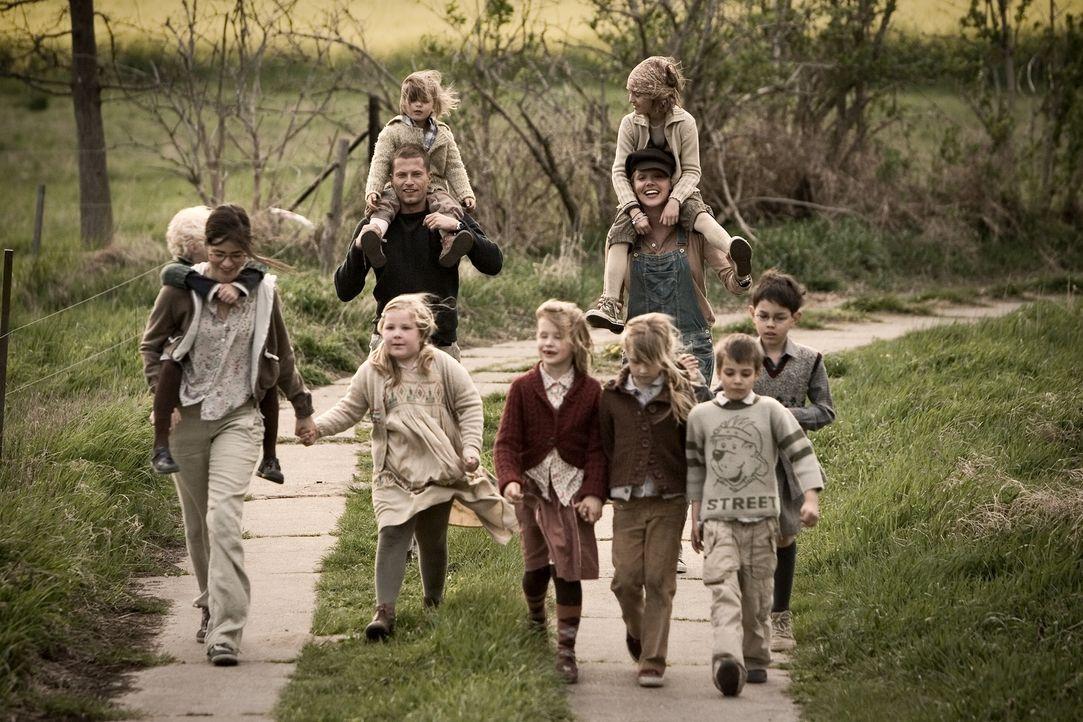Im Hort erobert Ludo (Til Schweiger, hinten l.) schon bald die Herzen der Kinder, womit Anna (Nora Tschirner, vorne l.) zunächst gar nicht klar komm... - Bildquelle: Warner Bros.
