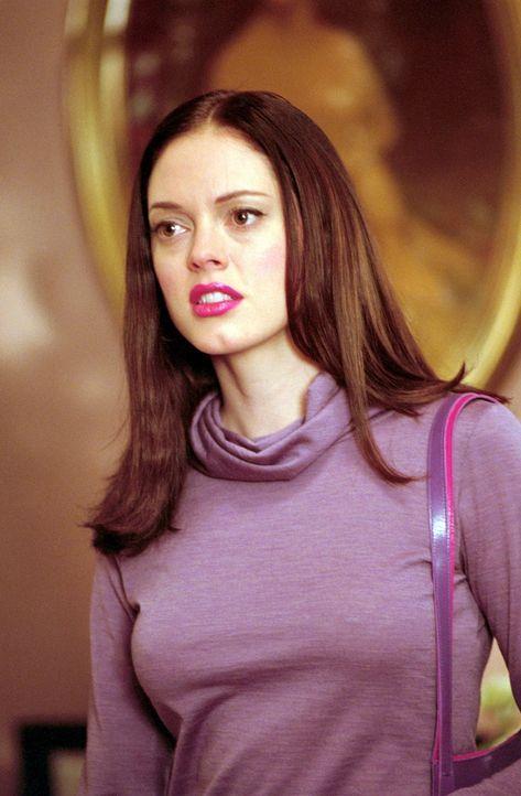 Paige (Rose McGowan) bekommt ein merkwürdiges Gefühl, als sie an einem Abbruchhaus vorbeigeht ... - Bildquelle: Paramount Pictures