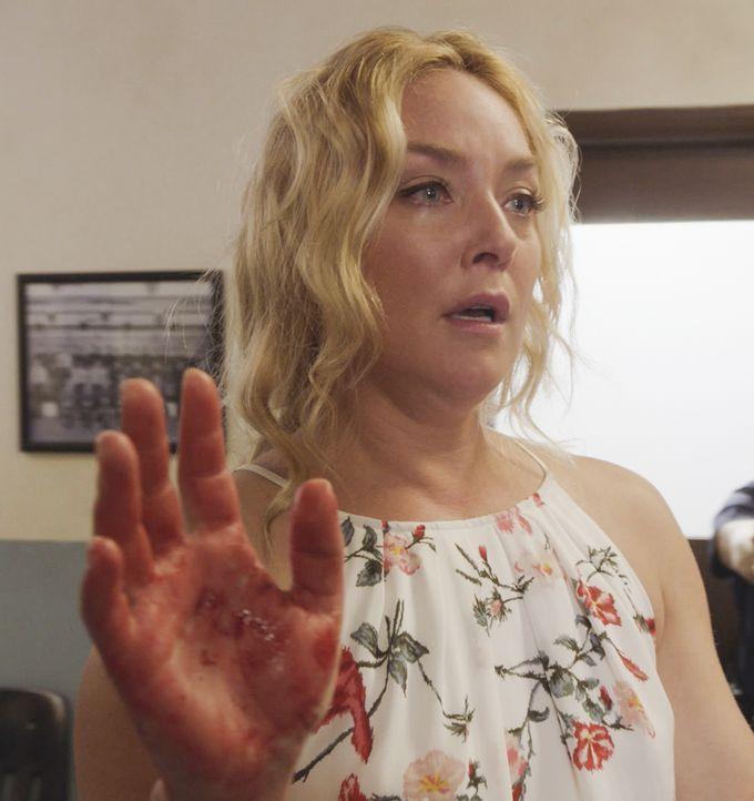 Ein neuer Fall für das Five-O Team: Serienkillerin Madison Gray (Elisabeth Röhm) kommt mit blutigen Händen in ein Polizeirevier in Honolulu. Sie beh... - Bildquelle: 2016 CBS Broadcasting, Inc. All Rights Reserved