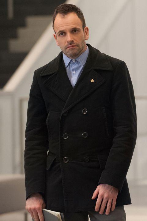 Versucht, den Mord an einem berühmten Krebsforscher aufzuklären: Sherlock Holmes (Jonny Lee Miller) ... - Bildquelle: Jeff Neumann CBS Television