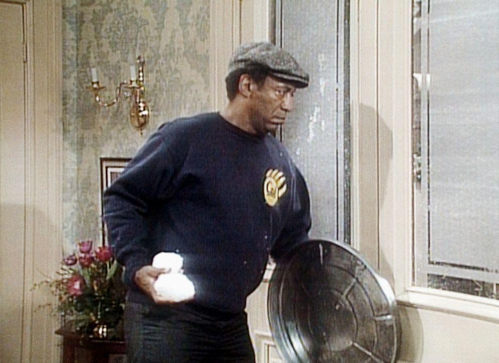 Das Huxtablesche Haus wird von jugendlichen Schneeballwerfern belagert. Cliff (Bill Cosby) plant einen Gegenangriff. - Bildquelle: Viacom
