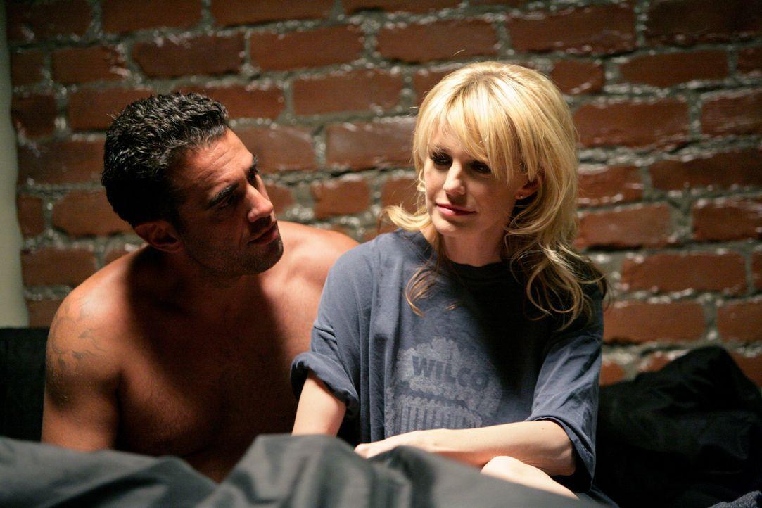 Det. Lilly Rush (Kathryn Morris, r.) halt es für besser, wenn sie und Eddie Saccardo (Bobby Cannavale, l.) sich vorerst nicht mehr treffen ... - Bildquelle: Warner Bros. Television