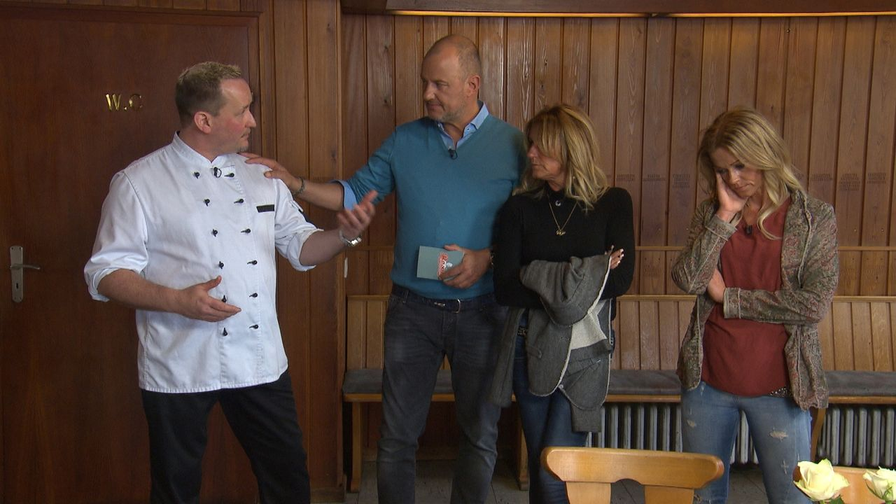 Kann Frank Rosin (2.v.l.) schlichten: Anja (r.) und ihre Mutter (2.v.r.) geben dem Koch Dennis (l.) die Schuld an ihrer Misere ... - Bildquelle: kabel eins