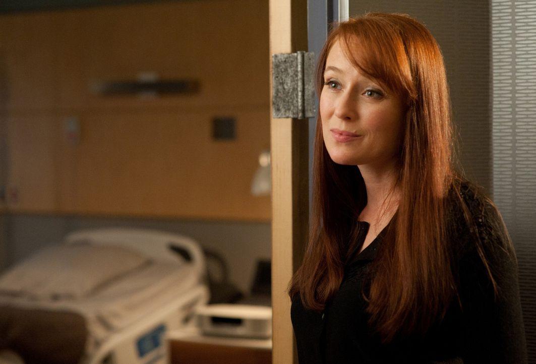 Anna Paul (Jennifer Ehle) spricht Michael, der glaubt, Schuld am Tod eines Patienten zu haben, Mut zu ... - Bildquelle: 2011 CBS BROADCASTING INC. ALL RIGHTS RESERVED
