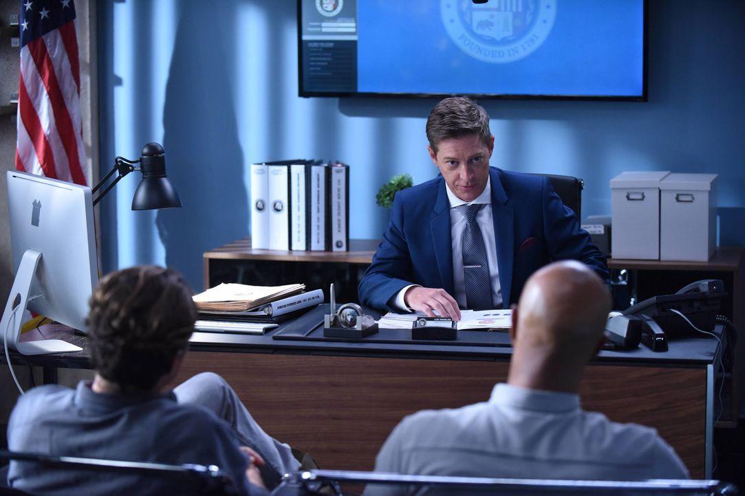 Deputy Chief Santos droht Avery (Kevin Rahm, M.) zu feuern, sollte er nicht endlich Kontrolle über die beiden wandelnden Pulverfässer Murtaugh (Damo... - Bildquelle: Warner Brothers