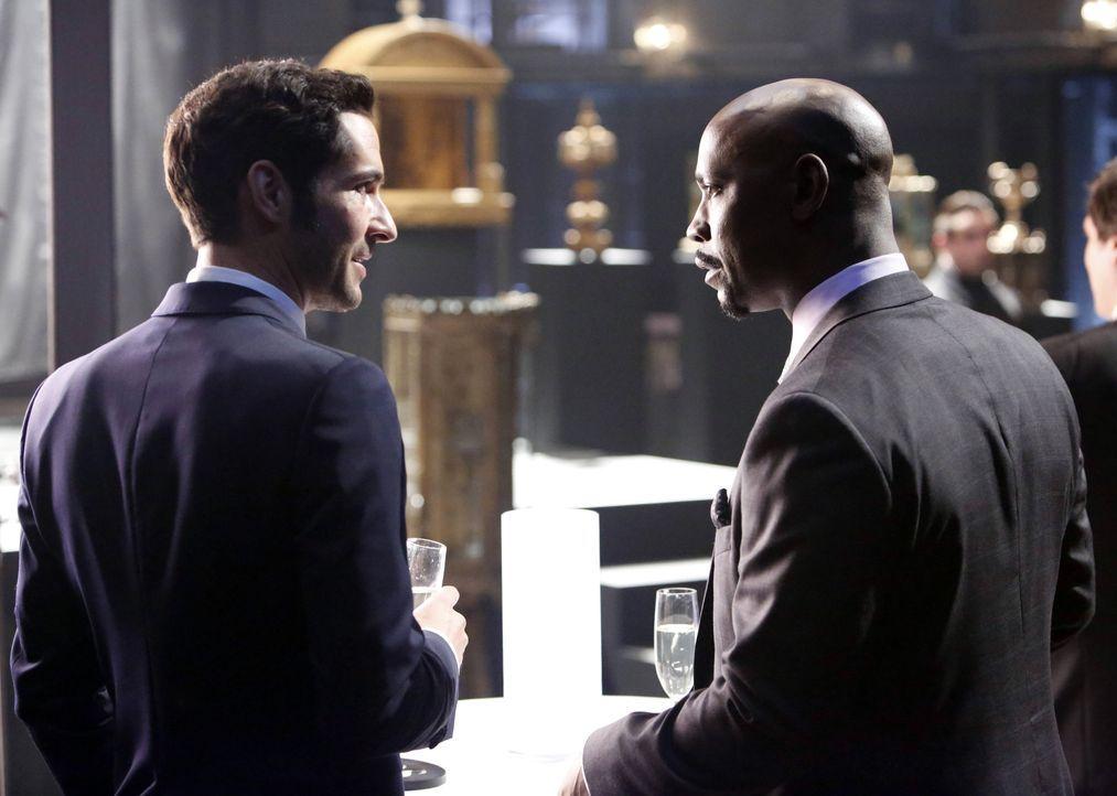 Freunde oder Feinde? Lucifer (Tom Ellis, l.) und Amenadiel (D.B. Woodside, r.) ... - Bildquelle: 2016 Warner Brothers