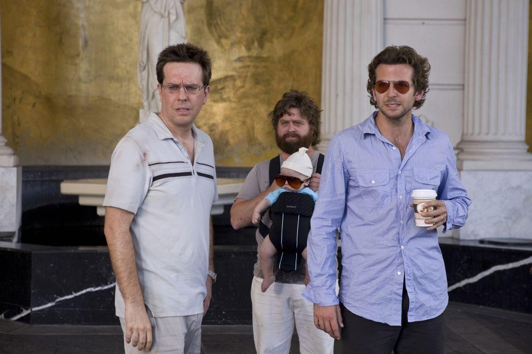 Erinnerungen ausgelöscht: Die drei Überlebenden des Junggesellenabschieds, Phil (Bradley Cooper, r.), Stu (Ed Helms, l.) und Alan (Zach Galifianakis... - Bildquelle: Warner Brothers