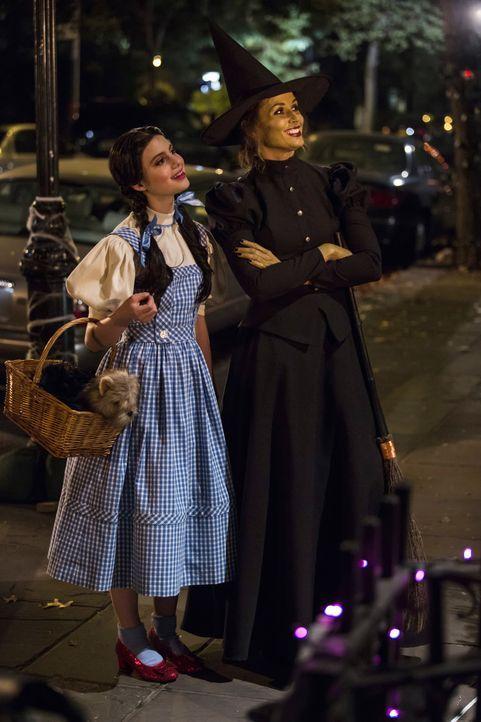 Haben an Halloween Spaß, während Danny und Linda arbeiten müssen: Erin (Bridget Moynahan, r.) und Nicky (Sami Gayle, l.) ... - Bildquelle: 2012 CBS Broadcasting Inc. All Rights Reserved.