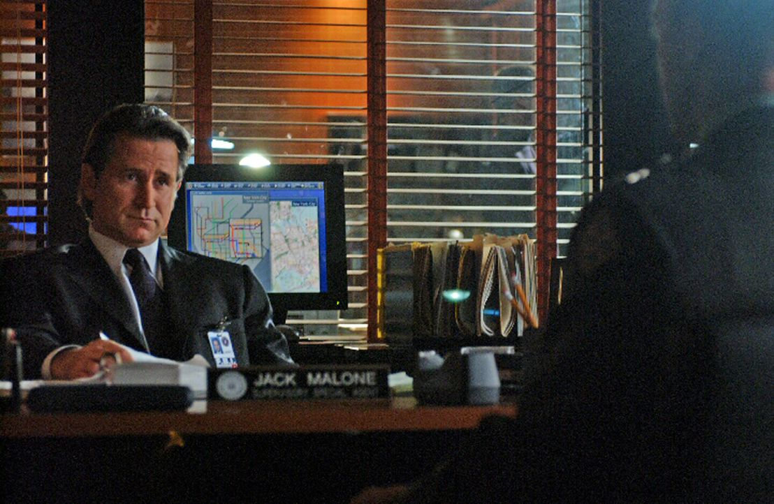 Jack Malone (Anthony LaPaglia) und sein Team erhalten einen neuen Auftrag ... - Bildquelle: Warner Bros. Entertainment Inc.