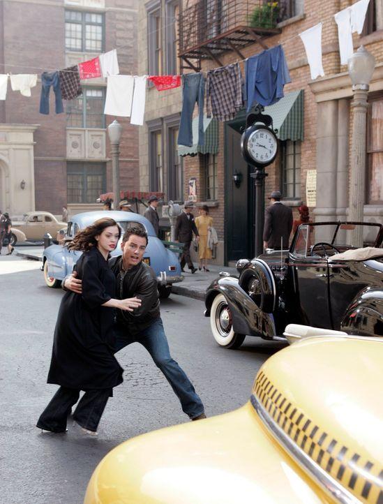Durch ein Zauberbuch geraten Brody (Kerr Smith, r.) und Paige (Rose McGowan, l.) in die Welt von Dashiell Hammett und seinen Hardboiled Detektiven,... - Bildquelle: Paramount Pictures