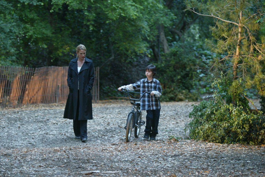 Samantha Spade (Poppy Montgomery, l.) unterhält sich mit dem kleinen Reed (Jansen Weinstein, r.) ... - Bildquelle: Warner Bros. Entertainment Inc.