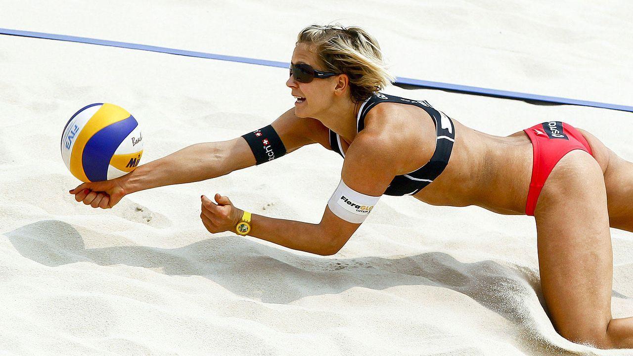Beachvolleyballspielerinnen in Action - Bildquelle: dpa