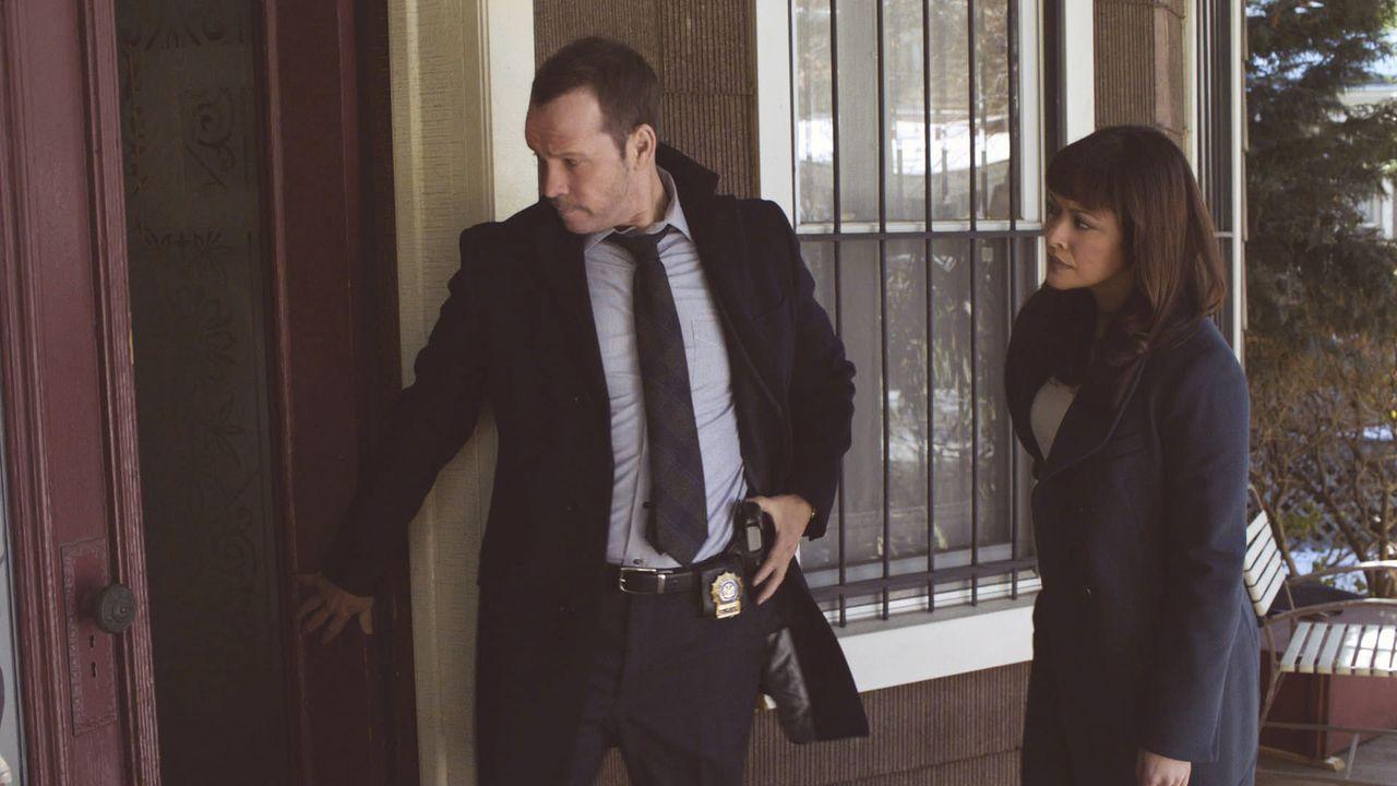 Danny (Donnie Wahlberg, l.) und Baez (Marisa Ramirez, r.) werden zu einer Schule gerufen, an der ein junges Mädchen entführt wurde. Dies lässt bei D... - Bildquelle: 2013 CBS Broadcasting Inc. All Rights Reserved.