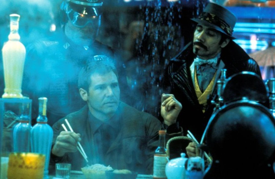 Im Dickicht der Großstadt: Rick Deckard (Harrison Ford) ist auf der Suche nach Replikanten ... - Bildquelle: Warner Bros.