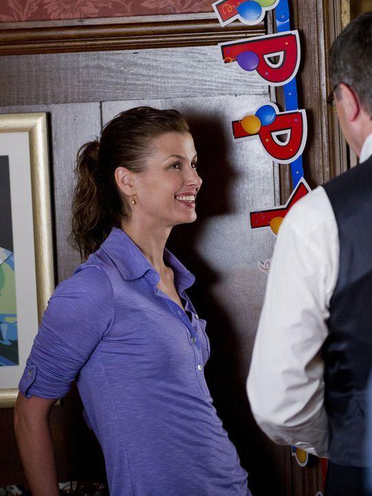 Zusammen mit ihrem Vater (Tom Selleck, r.) trifft Erin (Bridget Moynahan, l.) die letzten Vorbereitungen für Jacks Geburtstagsfeier ... - Bildquelle: 2010 CBS Broadcasting Inc. All Rights Reserved
