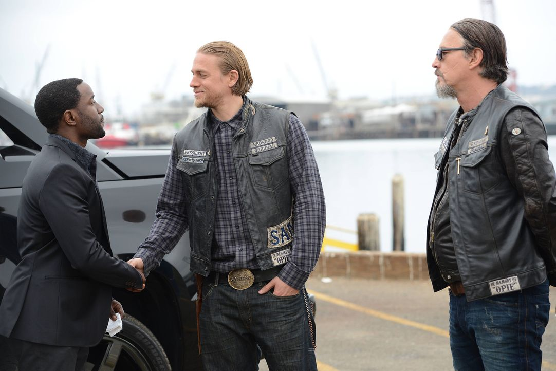 Schaffen es Jax (Charlie Hunnam, M.) und Chibs (Tommy Flanagan, r.) Chester (Paul Rich, l.) zu überzeugen, sich gegen Marks zu stellen? - Bildquelle: Michael Becker 2013 Twentieth Century Fox Film Corporation and Bluebush Productions, LLC. All rights reserved.