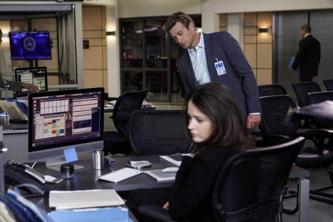 Nimmt Jane (Simon Baker, hinten) es wirklich so gelassen, dass Lisbon (Robin Tunney, vorne) beschlossen hat, mit Pike nach Washington zu gehen? - Bildquelle: Warner Bros. Television