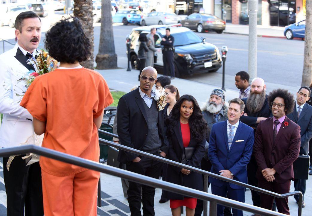 Kommt es für Leo Getz (Thomas Lennon, l.) doch zu einem Happy End? Die Hochzeit verläuft für ihn und seine LAPD-Gäste (1. Reihe v.r.n.l.: Johnathan... - Bildquelle: Warner Brothers